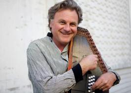 Harvey Reid with Autoharp (woodpecker.com)